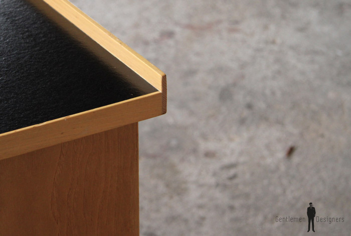 Bureau Design Bois Clair : Bureau vintage en bois clair, plateau noir ? 450 ? ? GENTLEMEN
