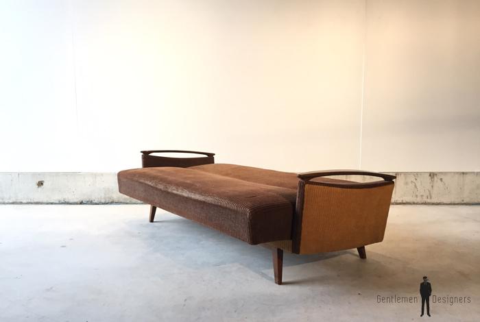 Canap vintage convertible tissus brun accoudoir bois for Canape annee 80