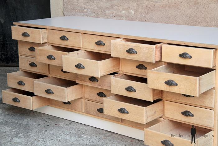 comptoir ancien en bois meuble de m tier 25 tiroirs gentlemen designers. Black Bedroom Furniture Sets. Home Design Ideas