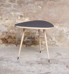 Table basse tripode vintage r nov e en bois gris anthracite for Table scandinave grise
