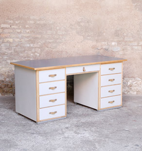 Bureau ancien en bois 9 tiroirs, gris clair, poignée cuir