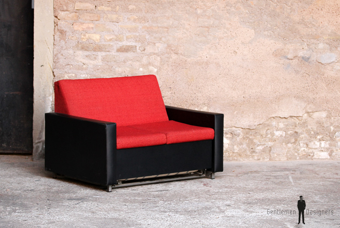 canap convertible lit vintage tissu rouge et skai noir. Black Bedroom Furniture Sets. Home Design Ideas