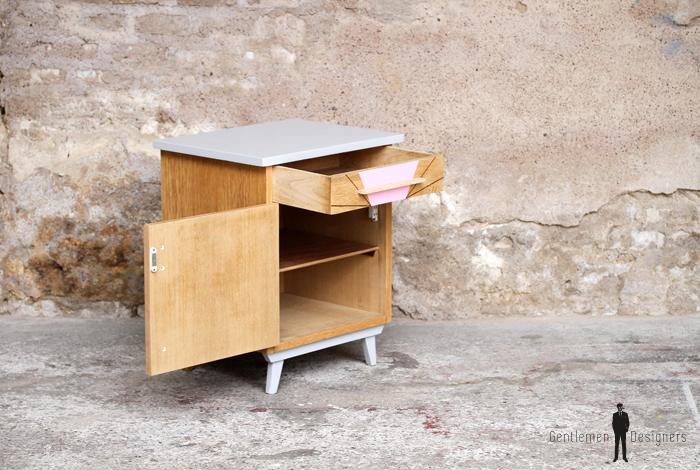 chevet vintage bois clair et rose pyrograv graphique gentlemen designers. Black Bedroom Furniture Sets. Home Design Ideas