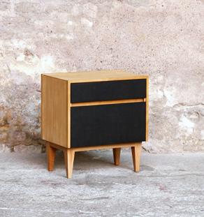 Chevet vintage bois clair, tiroir noir