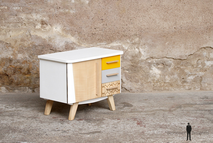 petit meuble d 39 appoint vintage en bois relook jaune et blanc gentlemen designers. Black Bedroom Furniture Sets. Home Design Ideas