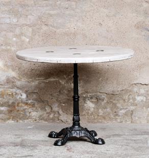 Table ronde bistrot bois, pieds en fonte noir, patine blanche