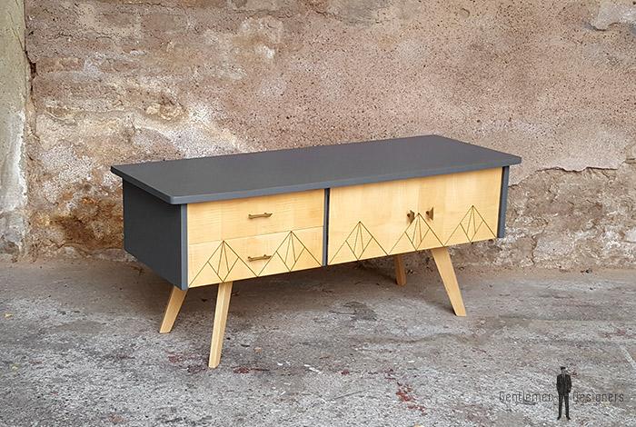 meuble bas vintage tv gris motifs graphiques pyrograv s. Black Bedroom Furniture Sets. Home Design Ideas