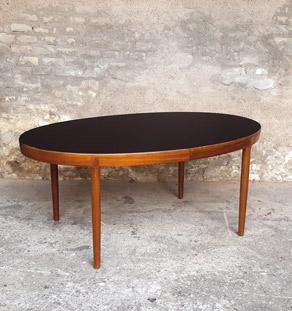 table ovale rallonges scandinave en teck ostergaard plateau noir. Black Bedroom Furniture Sets. Home Design Ideas