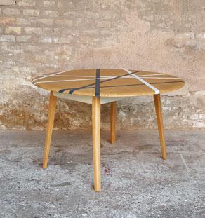 Table ronde vintage à volets en bois, graphique, pieds compas gentlemen designers