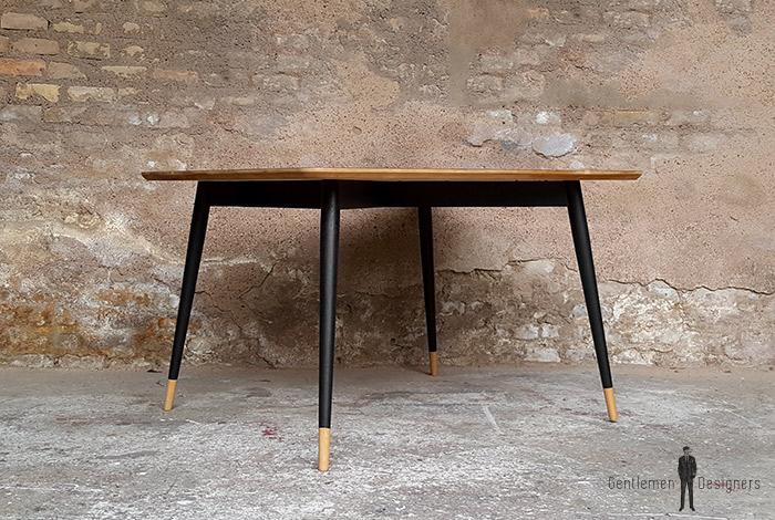 Table vintage, plateau Fenix noir, pieds chêne doré et noir