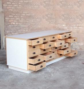 Comptoir ancien en bois meuble de m tier 25 tiroirs for Meuble a tiroir ancien