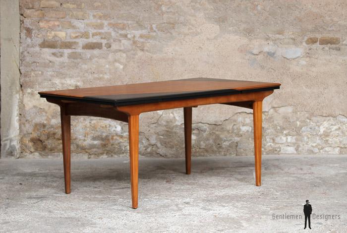 table de repas scandinave graphique en teck noir. Black Bedroom Furniture Sets. Home Design Ideas