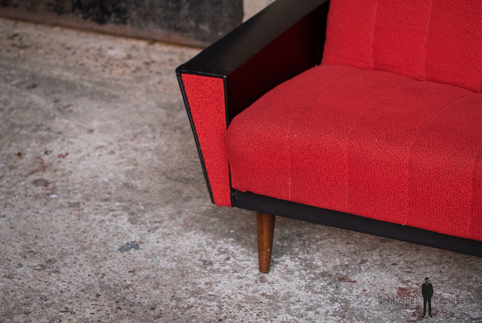 Canapé vintage 3 places convertible, tissu rouge et skai noir
