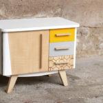Petit meuble d'appoint vintage en bois, relooké, jaune et blanc