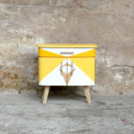 Chevet vintage motifs graphiques jaune, relooké