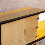 Meuble buffet vintage relooké, jaune, chêne clair, graphique, gentlemen designers, pieds compas