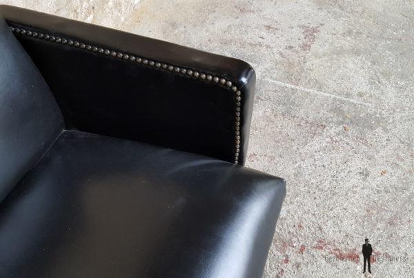 Fauteuil vintage en skai noir, pieds compas design 50