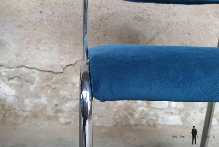 Chaises vintage en velour bleu et pieds métalv