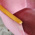 Fauteuil vintage velours, nuances rose, pieds compas