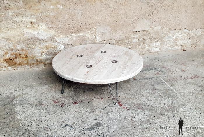 Table basse ronde bistrot bois, pieds compas, patine blanche gentlemen designers touret
