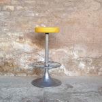 Tabouret haut vintage de bar haut, assise skaï jaune gentlemen designers