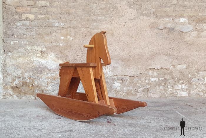 Cheval à bascule ancien en bois