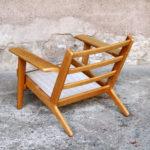 Fauteuil, chauffeuse vintage Hans Wegner, scandinave GENTLEMEN DESIGNERS // Mobilier vintage. Designers danois. Danemark. Design. Tissus bois clair chene estampillage