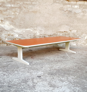 Table basse rectangle vintage,pieds gris formica orange Gentlemen Designers