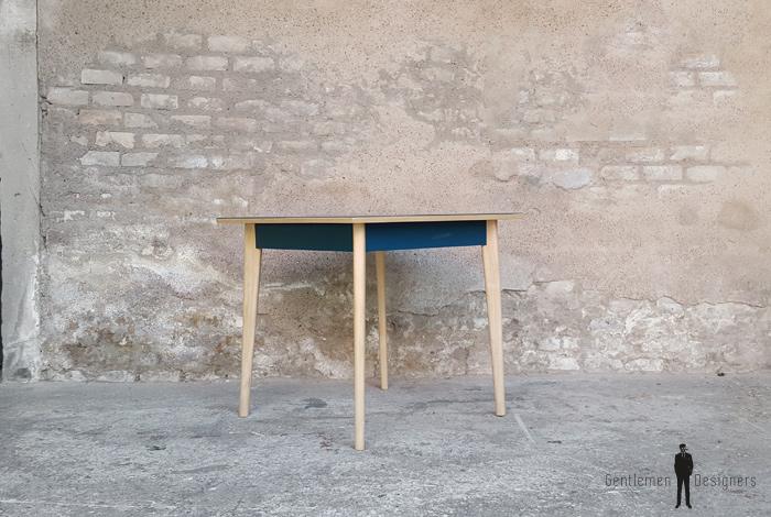 Table carré vintage, plateau bleu pétrole, pieds compas bois Gentlemen Designers