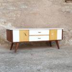 GENTLEMEN DESIGNERS // Meuble tv vintage, bois et blanc, portes et tiroirs, pieds compas