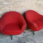 Paire fauteuils années 60, tissu rouge, coquille, pieds métal