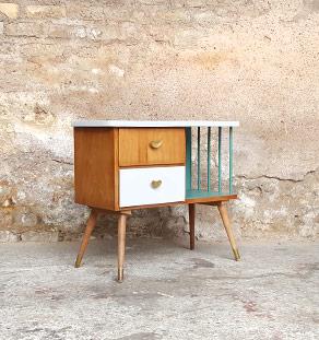 Table de chevet vintage, blanc et vert, tiroirs et barreaux gentlemen designers