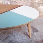 GENTLEMEN DESIGNERS // Table basse ronde graphique, bleu, blanc, bois pieds compas
