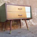 Chevet vintage pieds compas, bois, blanc et vert, tiroirs gentlemen designers