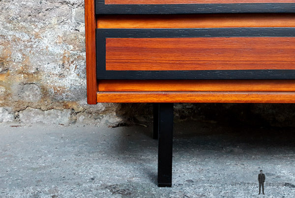 Meuble enfilade basse à tiroirs relookée, noir et teck
