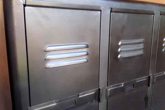 trois portes, vestiaire, rangement en métal, style indus