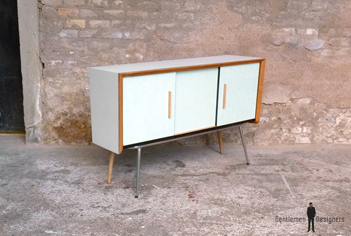 meuble buffet vintage formica bleu pied m tal et ch ne tourn. Black Bedroom Furniture Sets. Home Design Ideas
