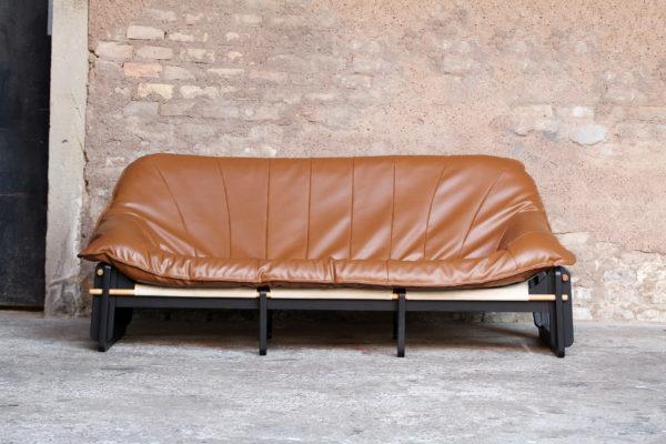Canape_3_places_vintage_confortable_renover_cuir_caramel_brun_pieds_noir_mobilier_50_60_gentlemen_designers_strasbourg_alsace_paris_lyon_01